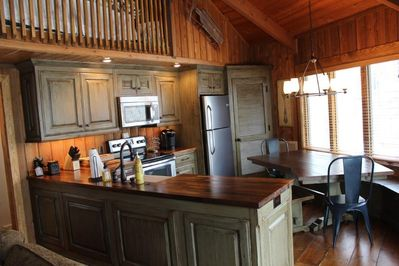 Kitchen and dining area with ample seating for 6 people. Kitchen fully equipped.