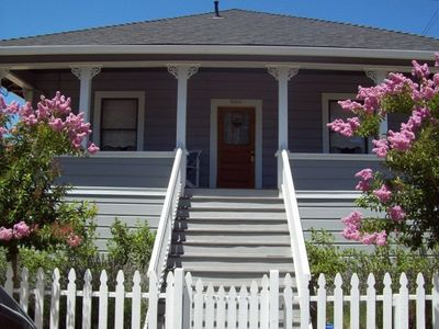 The Corner Cottage ~ Downtown out your door with Private Vineyard