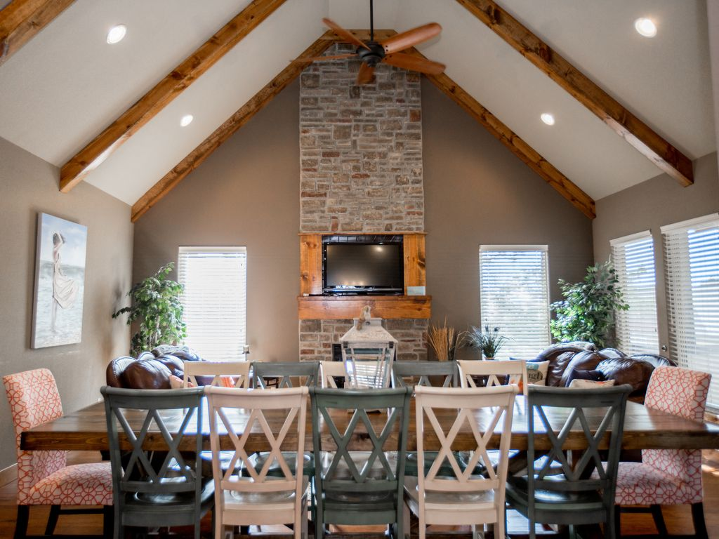 Perfect floor plan, large table so everyone can eat together!