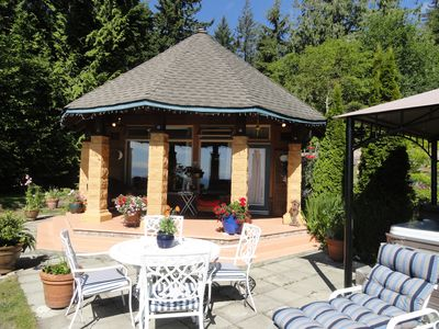 Covered Patio with Gas barbecue.. cook out rain or shine! Breakfast in the sun!