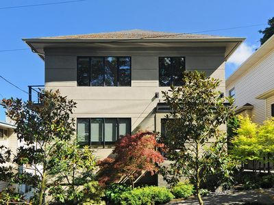Open Plan 2bd/1bth private apartment in popular Seattle city neighborhood