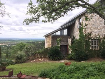 Hill Country Lodge 25 mile view, minutes to TPC,Stone Oak, Airport,Alamo,River