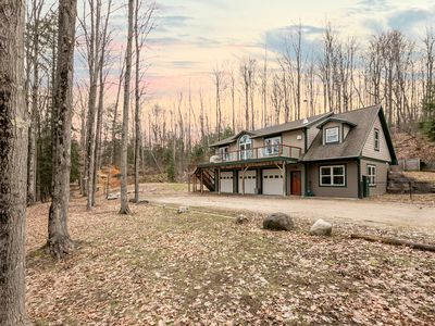 Boardman River Cottage ~ Fireplace, Jacuzzi, A/C, WiFi, Kayaks, Minutes To Town