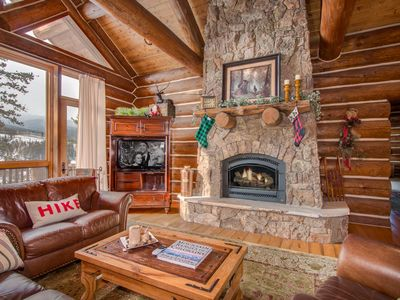 Luxurious Big Timber Cabin - Views, Perfect Log Cabin, PROFESSIONALLY CLEANED with CDC approved products, private hot tub, foosball, GORGEOUS, close to ski slopes!