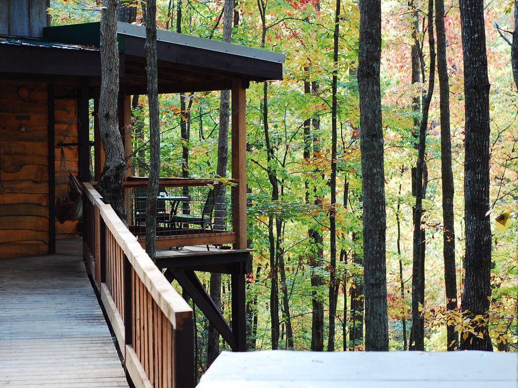 Hummingbird Hideaway treehouse in Tennessee