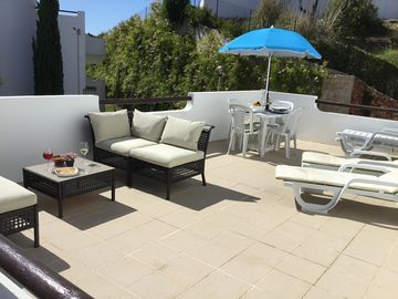 Free Wi-Fi 1st Floor, extra large South facing balcony, 2 bed/bath apt + Air Con