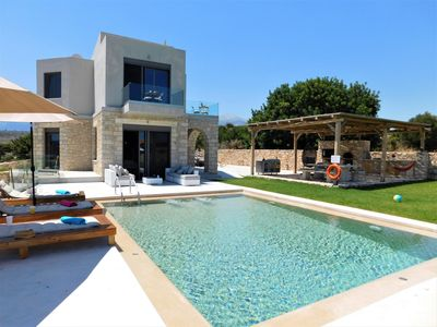 Private, Luxury 3 Bedrm villa w/sea views, pool w/ swim jet, 2.8kms from  beach. - Apokoronos