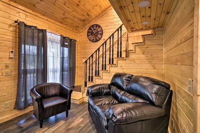This cozy cabin is just a short walk from restaurants & conveniences in town!