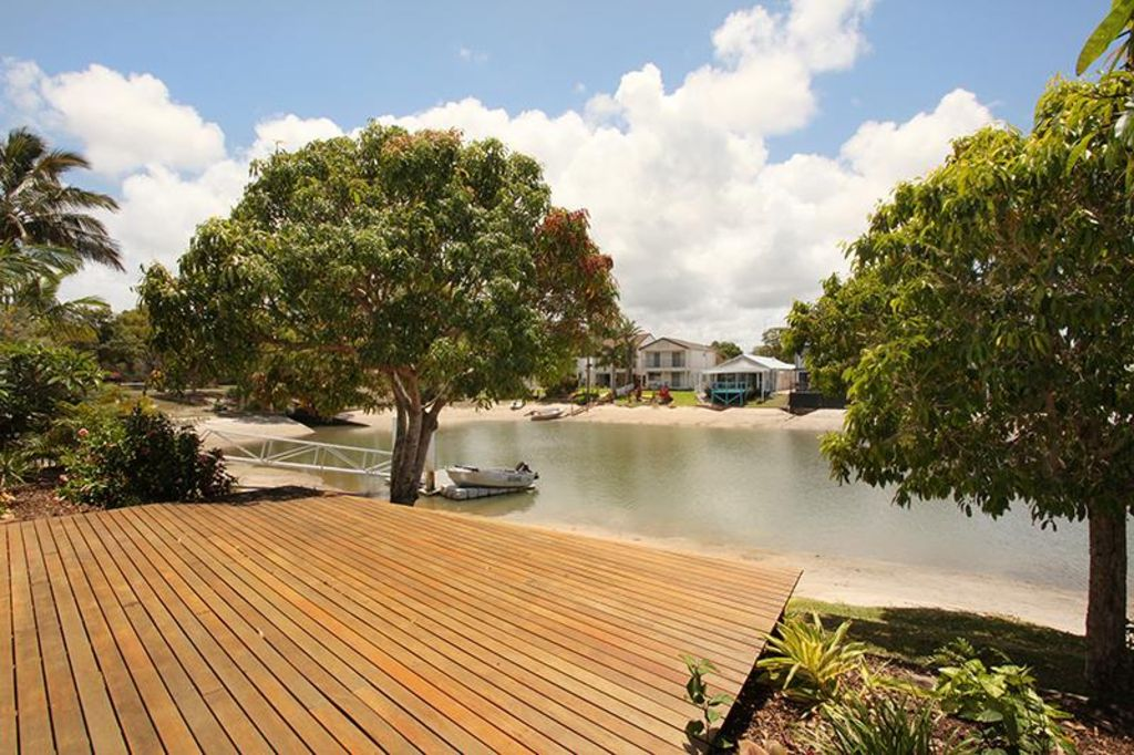4 bedroom home on canal, walking distance to the beach