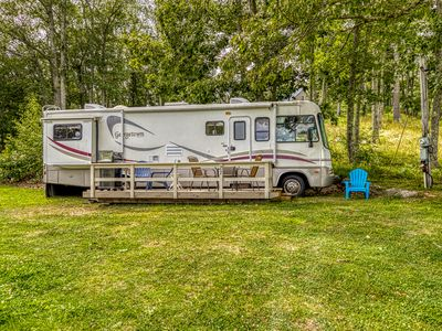 Lakefront mobile home near dock with grill, picnic area, & great view