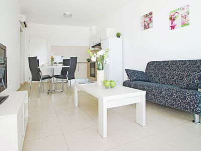 Photo for VERONICA - 1bed apartment walking distance to fig tree bay beach