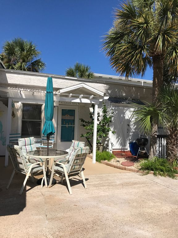 Mermaid Cove Has An Entry Level Entrance With Outdoor Seating U0026 Umbrella