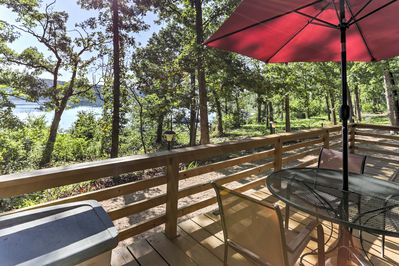 Enjoy al fresco meals on the deck during your stay at this cabin in Cedarcreek.