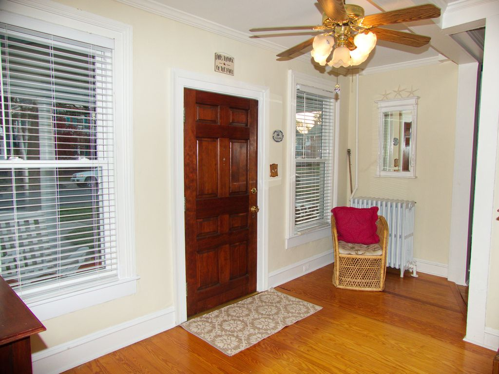 Beautifully remodeled  3 BR Victorian, Book Now for $1915/week!