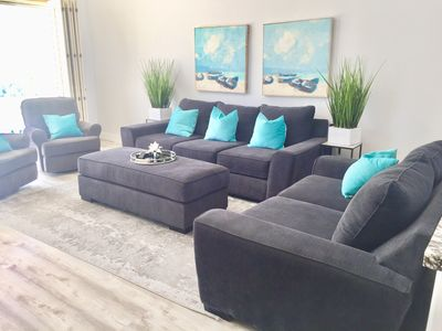 Extra large and deep couches with vaulted ceilings and Mountain Views.