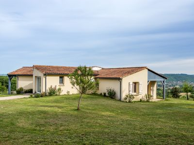 Photo for Villa overlooking the Dordogne valley and the castle of Milandes