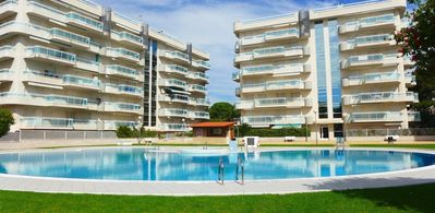 Photo for 1km from Port Aventura. Family apartment with communal pool.