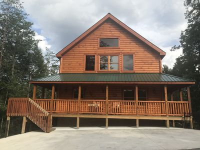 Newly Built Deluxe Cabin, 3 Flrs, scenic views, 0.7 mi to Pigeon Frge, 8 Roku TV