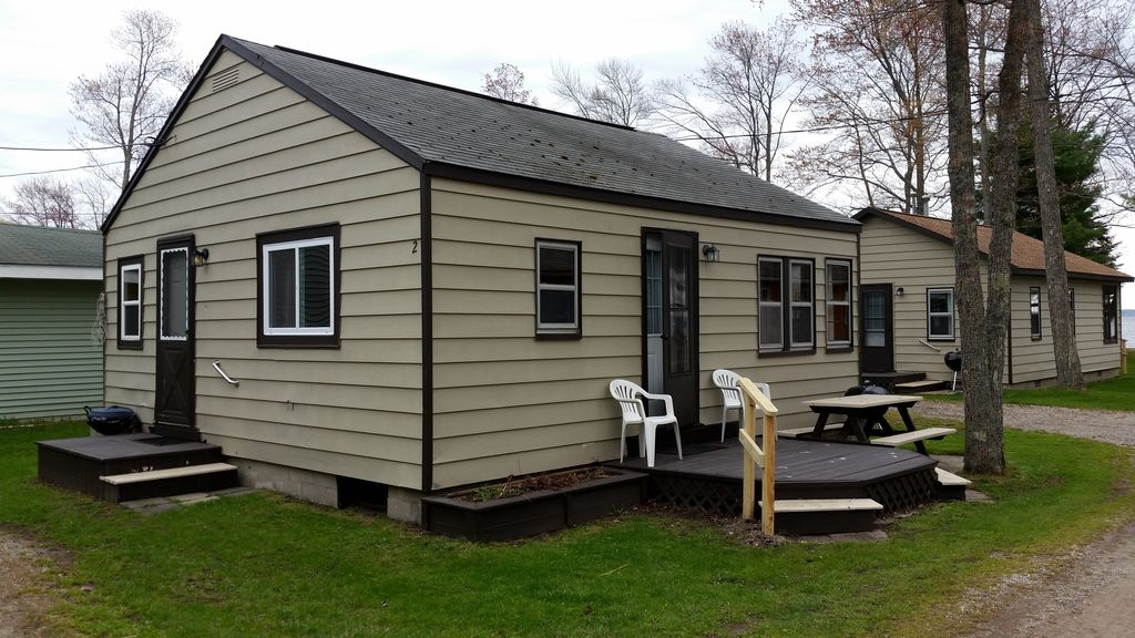 Houghton lake lakefront cabins 4 cabins homeaway for 10 bedroom vacation rentals in michigan