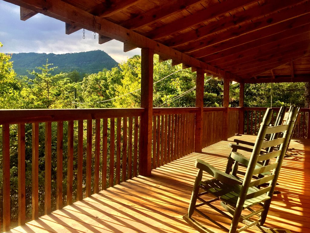 Private log cabin mountain view hot tub near pigeon forge for Private secluded cabins in pigeon forge