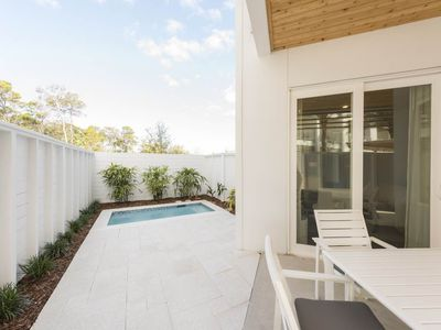 Photo for Lovely Condo, Free WiFi, On-site pool and hot tub, Quick walk to the beach