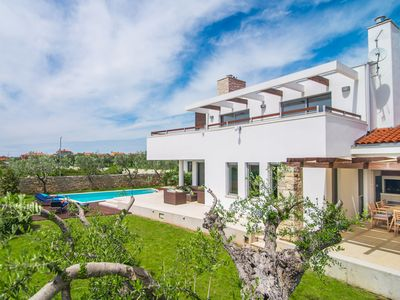 Photo for Modern villa with swimming pool, within walking distance of the center Vodnjan, beach 5.5 km