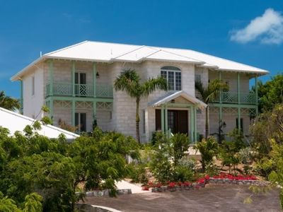 Oceanfront Luxury, Infinity Pool, and a Short Walk to Taylor Bay Beach!