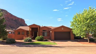 Epic Views, Comfy Home, Engaging Art, 3 mins from Downtown, w/gym & pool access