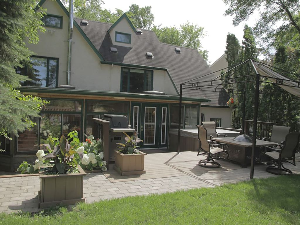 River Front Executive Home, Close to Downtown Winnipeg