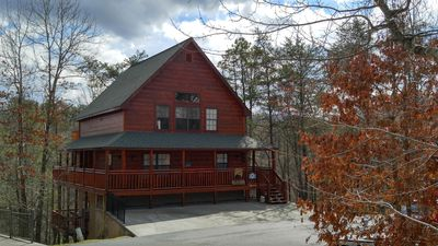 LUXURY-DELUXE CABIN. SCENIC VIEWS,  0.7 MI TO PIGEON FORGE, 8 ROKU TVS