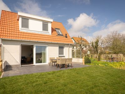 Photo for Beautiful bungalow with fenced garden in the center of De Cocksdorp on Texel