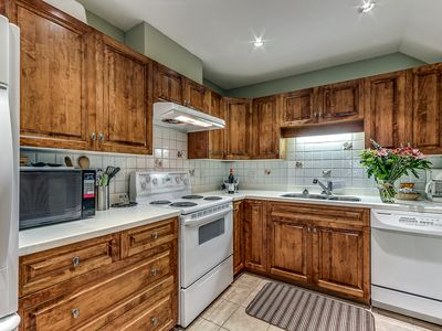 Acer Vacations | Affordable Cozy 2 Bedroom Slopeside Condo | Wifi | Free Bus Route | Wintergreen