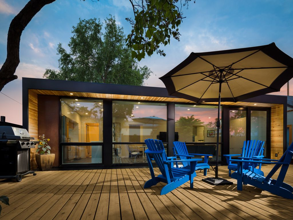 brand new modern container home dt kelown homeaway. Black Bedroom Furniture Sets. Home Design Ideas