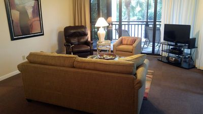 Ample seating in living space w/powered recliner & queen sofa sleeper for guests