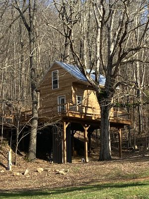 TREE HOUSE- HOT TUB, no sunday check ins,  gated chattanooga 18 miles