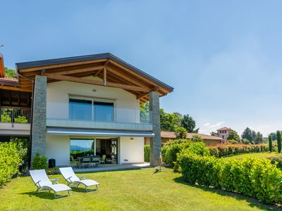 Photo for Newly built apartment, with covered terrace, garden and beautiful lake view