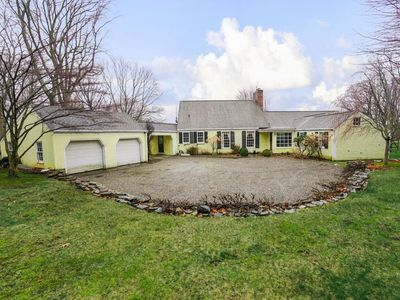 Bedford Big House w heated (extra cost) Pool & Hot Tub on 4 Acres! Perfect place to social distance and stay safe. Flexible alterations (72 hr notice). Super-host support, Check out our reviews!