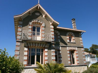 Photo for Beautiful villa, 1930's, 5 mins walk to beach and all shops. Wifi, 12 p, 5 ch.