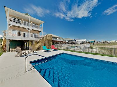 Crazy Pearl: Private Pool, Outdoor Entertaining, Gulf Views – Walk to Beach!