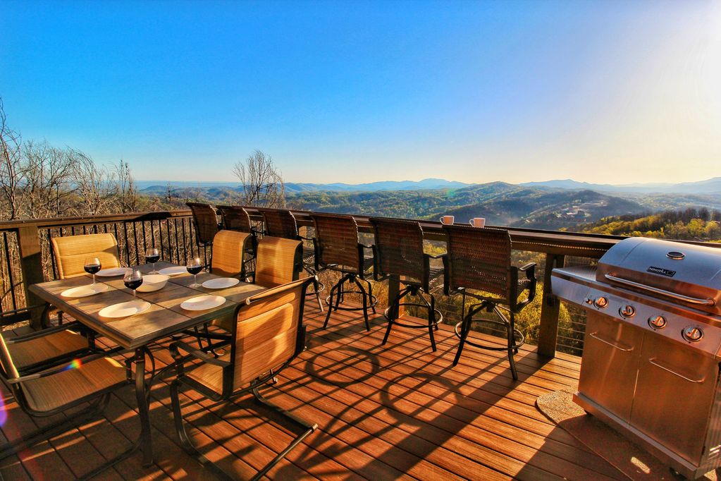 BRAND NEW Luxury Cabin! 4 Decks! WOW Views & Game Room! 2 Masters, 5  Fireplaces! - Chalet Village