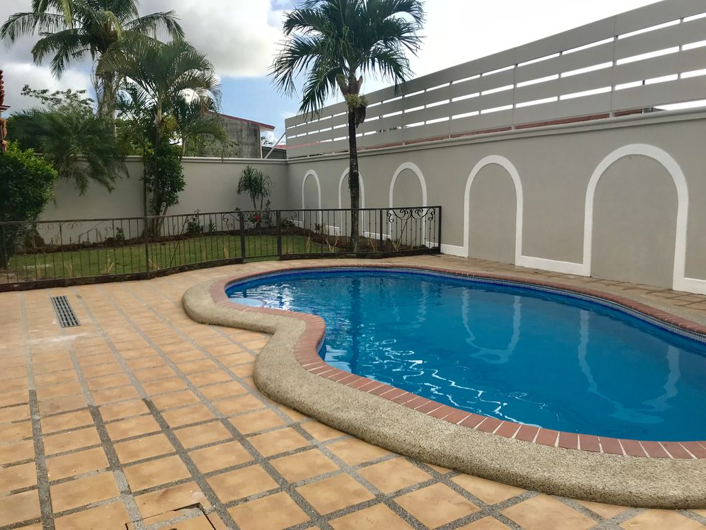 Villa Sol - Spacious House with Large Private Pool - Walk Throughout town!