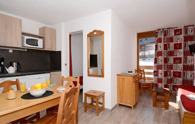 Prepare meals in the fully equipped kitchenette and enjoy them together at the dining table.