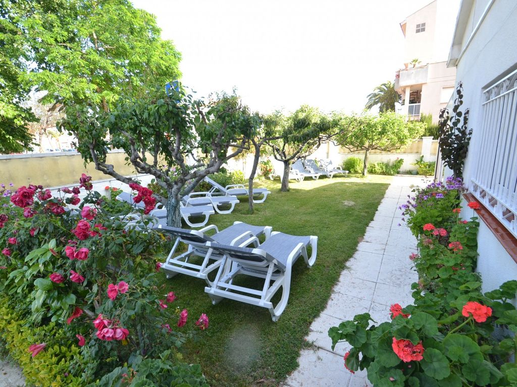 Villa Alicia: 4 bedrooms, relaxing garden, 250m from the beach and