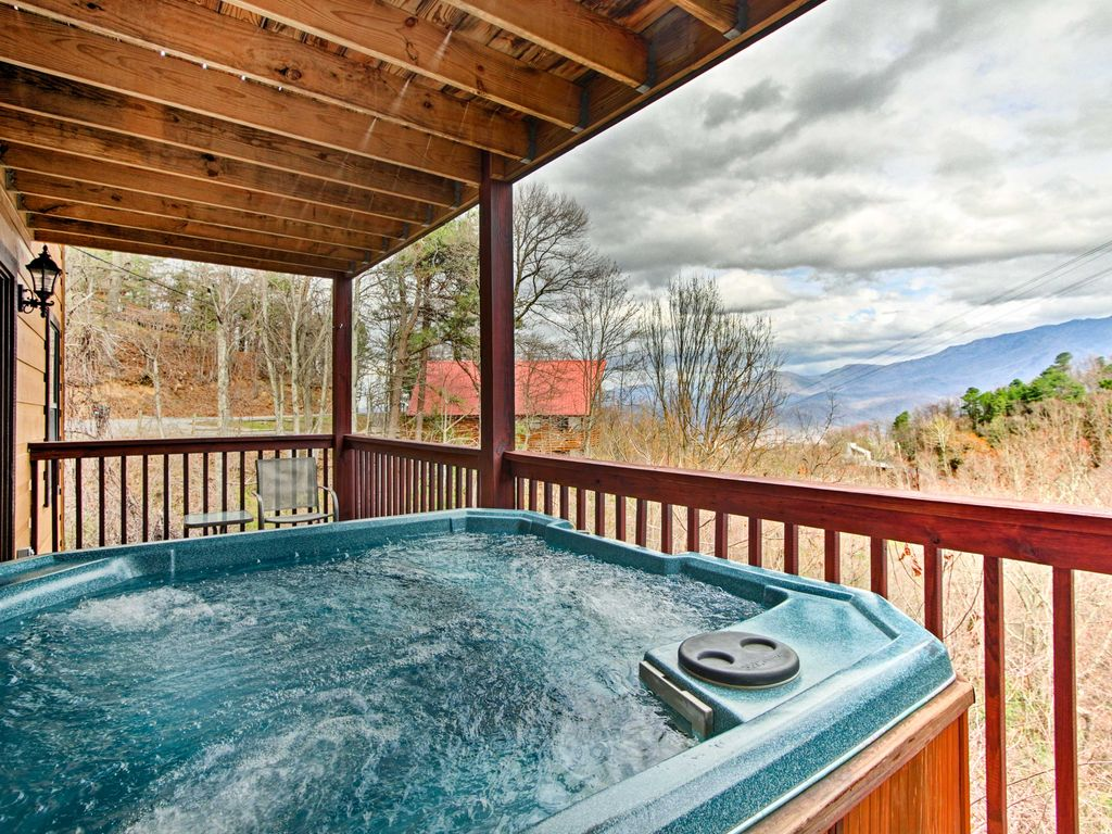 Gatlinburg cabin w pool table hot tub and mtn views for Cabin in gatlinburg with hot tub