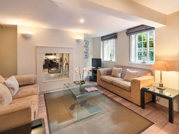 Stunning Spacious Contemporary Flat: With large kitchen/diner, lounge + patio