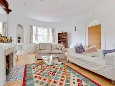 Photo for Splendid 2 bed, 2 bath apt sleeps 6 in Hampstead