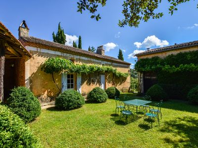 Photo for Lovely Perigord-style house with private pool, inner courtyard and large garden