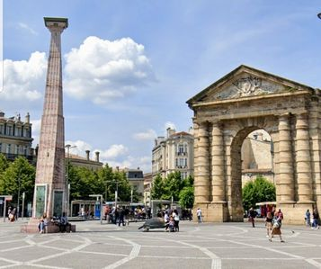 Photo for Charm and tranquility in the heart of Bordeaux