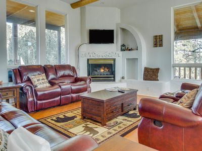 Photo for Gorgeous family home w/private hot tub, furnished deck & pool table