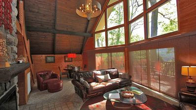 Be Surprised! Modern, renovated 3BD/2BT Chalet with good views of Mt LeConte!